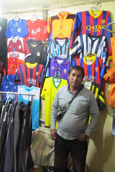 Ich bin Euch ja auch noch den Ausgang der Trikotsuche schuldig, nicht wahr? Da kommt dann José Raimundo und sein kleiner Shop im Markt von Huaraz ins Spiel.