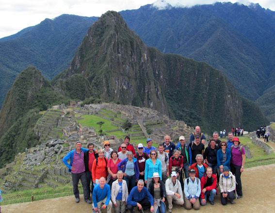 Gruppenfoto vor Machu Picchu. Der steile Zahn im Hintergrund ist der frühmorgens erkletterte Wayhna Picchu.