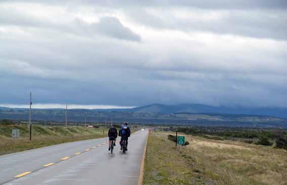 Die nächste Katastrophe wartet schon am Himmel - Regen auf dem Weg zwischen Puerto Natales und Punta Arenas.